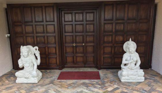 Porte d'entrée Maison Chatenay en France - Statues divinités Shiva Kaolan Monde et Jardins