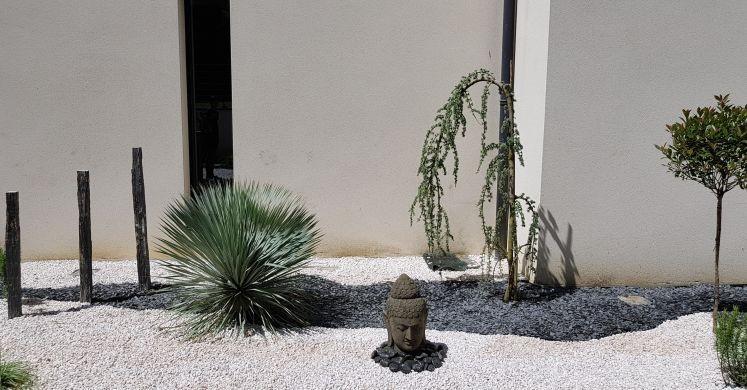 Jardin de particuliers, La Morlaye.  Statue tête de Bouddha et ardoises  Kaolan Monde et jardins