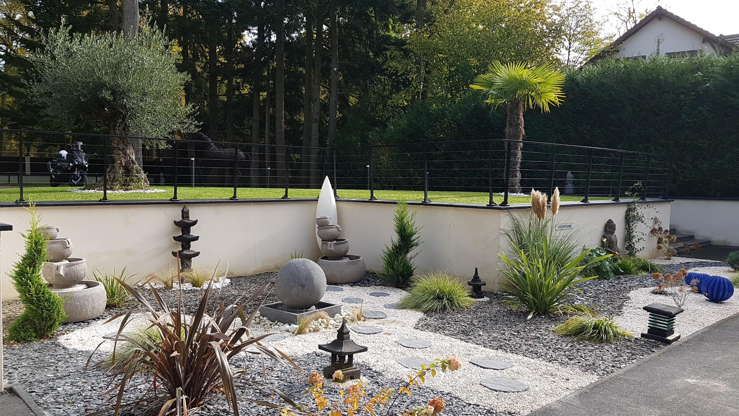 Jardin de particuliers, La Morlaye.  Statues, lanternes japonaises, fontaine Kaolan Monde et jardins