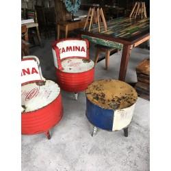 Table basse et chaises en acier recyclé