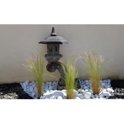 Lanterne japonaise sur socle en pierre de lave